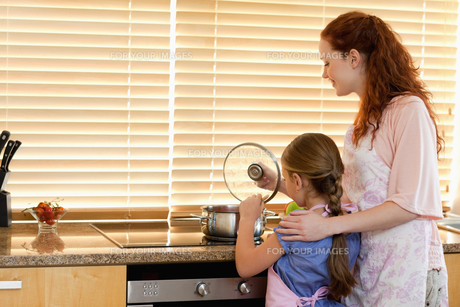 Mother and daughter cooking a mealの写真素材 [FYI00484907]