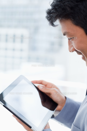 Portrait of a office worker using a tablet computerの写真素材 [FYI00484923]