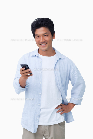Smiling male with his cellphoneの写真素材 [FYI00484927]