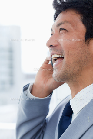 Portrait of a laughing office worker on the phoneの素材 [FYI00484930]