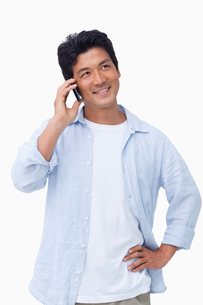 Smiling male on his mobile phoneの写真素材 [FYI00484933]