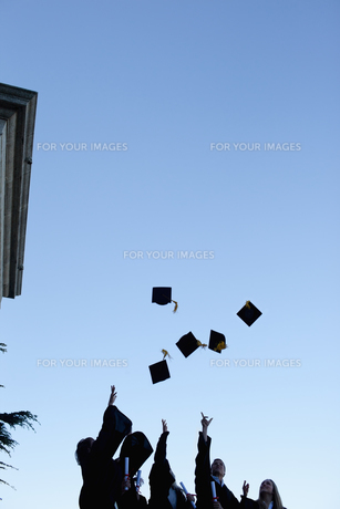 Five grad students throwing their hats in the skyの写真素材 [FYI00484950]