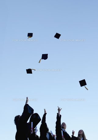 Five grad students throwing their hats high in the skyの写真素材 [FYI00484953]