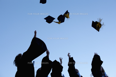 Five graduates throwing their hats in the skyの素材 [FYI00484957]
