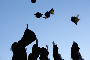 Five graduates throwing their hats in the skyの写真素材 [FYI00484957]