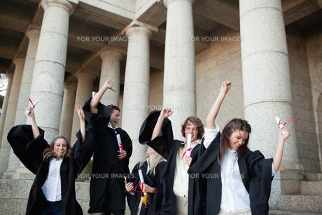 Graduates dancing in togasの写真素材 [FYI00484958]