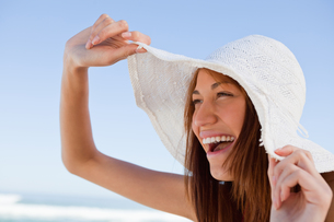 Young attractive woman screaming of joy in front of the seaの写真素材 [FYI00484963]