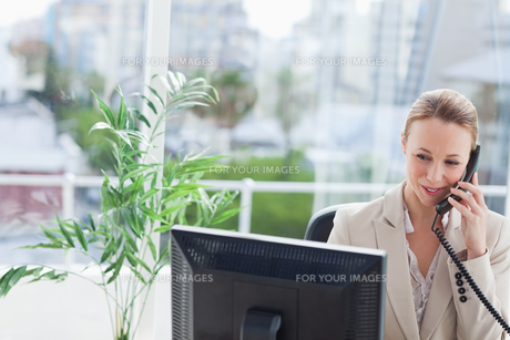 Businesswoman working on a computerの写真素材 [FYI00484980]
