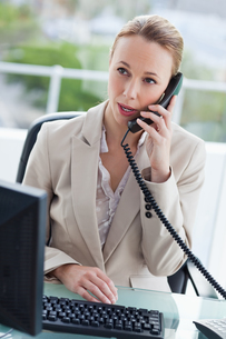 Businesswoman talking on the phone in her officeの写真素材 [FYI00484982]