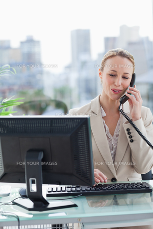 Woman on the phone in her officeの写真素材 [FYI00484983]