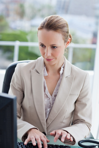 Businesswoman at workの素材 [FYI00484984]