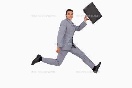 Portrait of a businessman running with a suitcaseの写真素材 [FYI00484991]