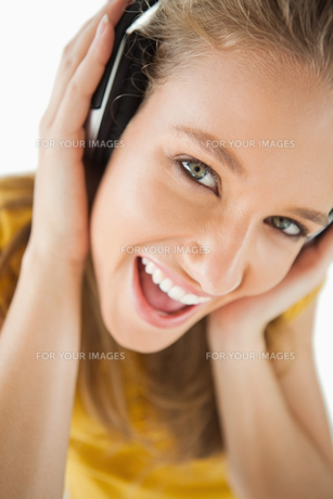 Close up of a blonde girl enjoying music with headphonesの写真素材 [FYI00485010]