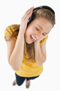 Fisheye view of a blonde girl enjoying music with headphonesの写真素材 [FYI00485012]