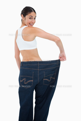 Rear view of a happy woman who lost a lot of weightの写真素材 [FYI00485013]