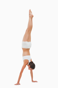 Slim brunette handstandsの素材 [FYI00485024]