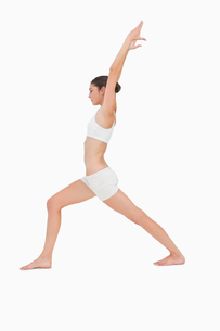 Slim young woman doing yogaの写真素材 [FYI00485030]