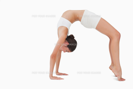 Slim woman in yoga positionの写真素材 [FYI00485031]