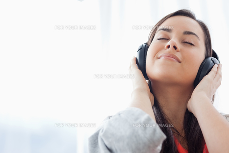 A peaceful woman listening to music on her headphonesの写真素材 [FYI00485043]