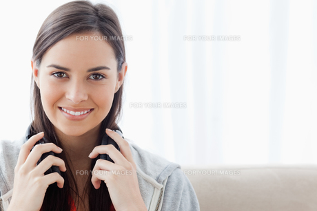 Head and shoulder shot of a woman smiling and looking into the cameraの写真素材 [FYI00485046]