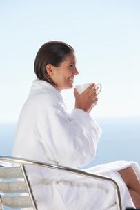 Side view of woman in bathrobe drinking coffeeの写真素材 [FYI00485060]