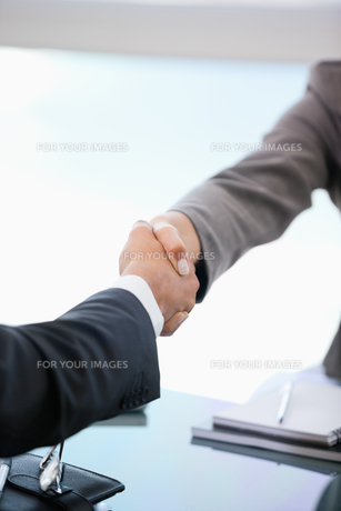 Two people shaking handsの写真素材 [FYI00485066]