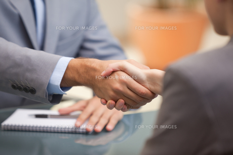 Two Businesspeople shaking handsの素材 [FYI00485070]