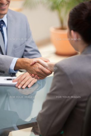 Businessman and Businesswoman shaking handsの素材 [FYI00485071]