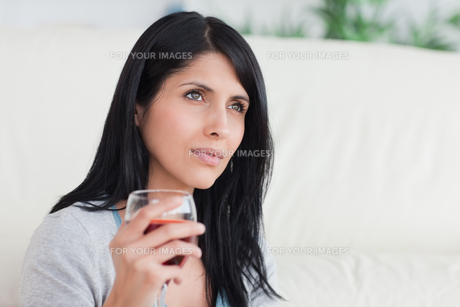Woman holding a glass full of wineの写真素材 [FYI00485114]