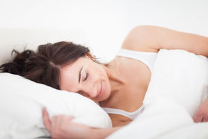 Peaceful brunette woman sleeping late in the morningの写真素材 [FYI00485132]