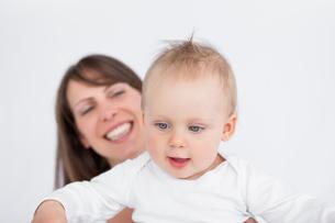 Happy mother holding her cute babyの写真素材 [FYI00485144]