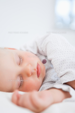 Baby sleeping while extending her armの素材 [FYI00485163]