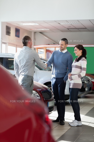 Car dealer shaking hand with a manの写真素材 [FYI00485178]