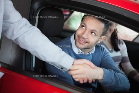 Man shaking the hand of a car dealerの写真素材 [FYI00485190]