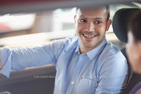 Man smiling while sitting in a carの素材 [FYI00485195]