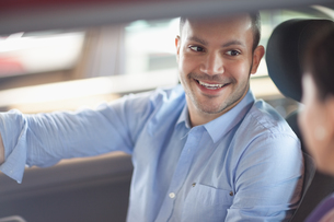 Man smiling while sitting in a carの写真素材 [FYI00485195]