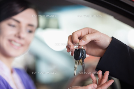 Woman in a car receiving keysの素材 [FYI00485196]