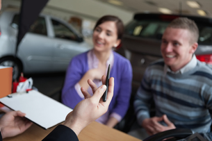 Couple listening to a car dealerの写真素材 [FYI00485197]
