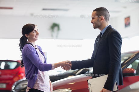 Salesman and a woman shaking handsの写真素材 [FYI00485201]