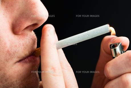 Man smokingの写真素材 [FYI00485206]