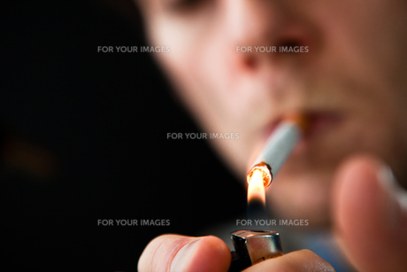 Man lighting a cigaretteの素材 [FYI00485207]
