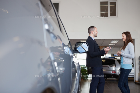 Salesman speaking with a clientの素材 [FYI00485208]