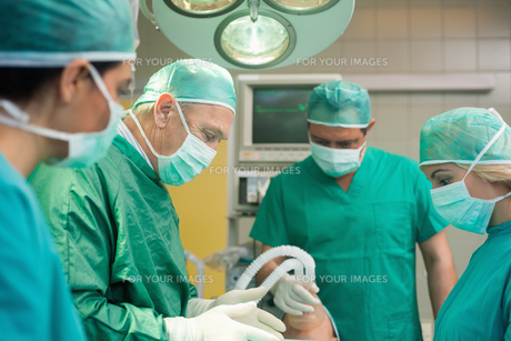 Surgery team operatingの写真素材 [FYI00485211]