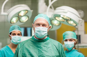 Surgeon posing with two women behind himの写真素材 [FYI00485214]