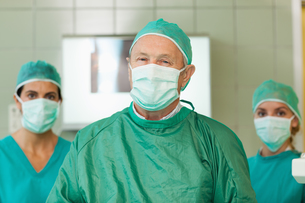 Surgeon with two interns behind himの写真素材 [FYI00485216]