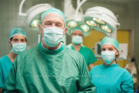 Smiling surgeon posing with a teamの素材 [FYI00485217]