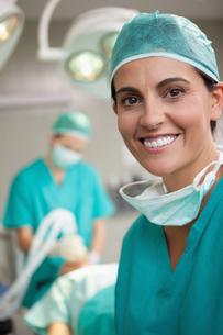 Woman surgeon smilingの写真素材 [FYI00485223]