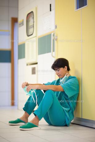 Woman surgeon sittingの写真素材 [FYI00485226]