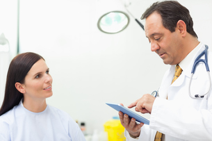 Doctor talking with a patient while using a tabletの写真素材 [FYI00485232]