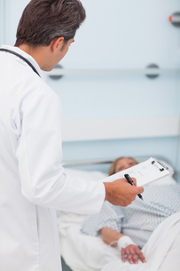 Doctor looking at his patientの素材 [FYI00485244]